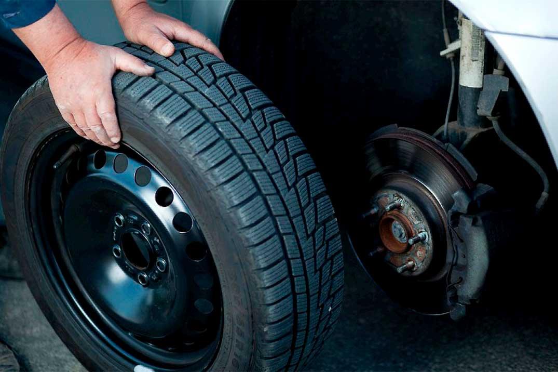 Как заменить пробитое колесо своими руками в дороге?